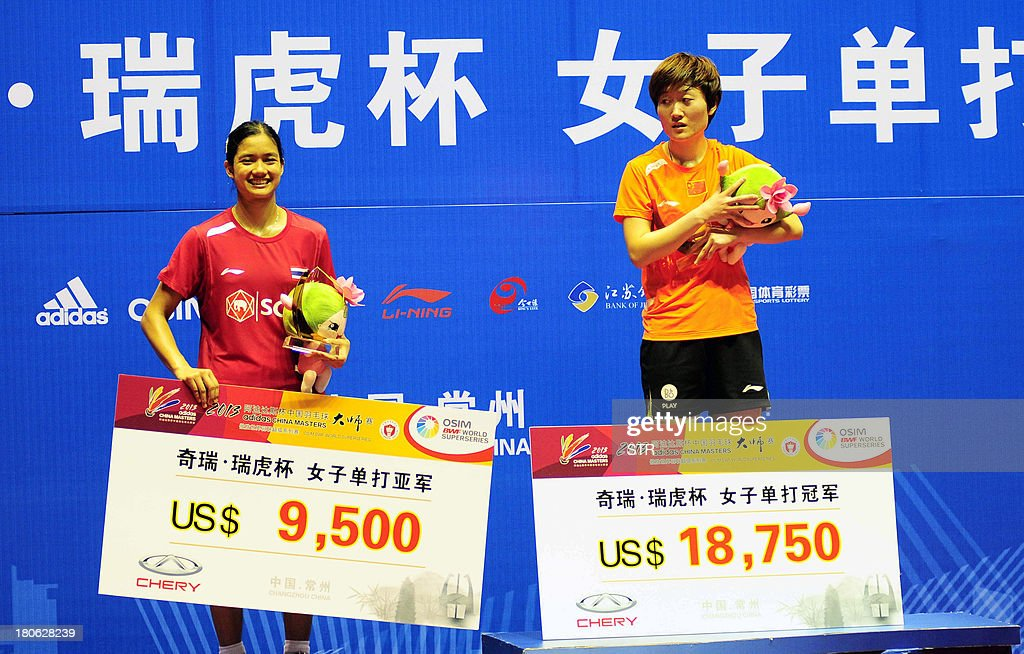 Liu Xin (R) of China poses with Porntip Buranaprasertsuk of Thailand during the award ceremony for the women's singles final of the 2013 China Masters in Changzhou, east China's Jiangsu province on September 15, 2013. Liu won 21-4, 13-21, 21-12. CHINA