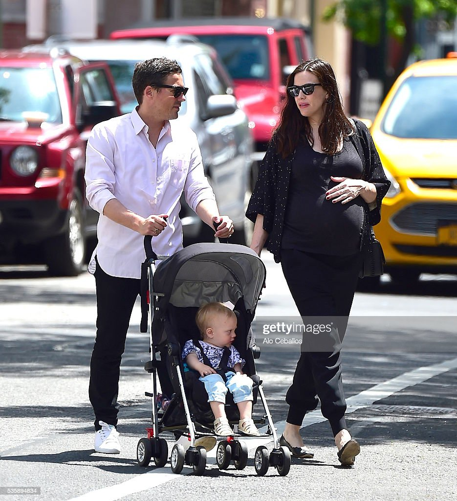 <a gi-track='captionPersonalityLinkClicked' href=/galleries/search?phrase=Liv+Tyler&family=editorial&specificpeople=202094 ng-click='$event.stopPropagation()'>Liv Tyler</a> (R), <a gi-track='captionPersonalityLinkClicked' href=/galleries/search?phrase=Dave+Gardner+-+Agente&family=editorial&specificpeople=14312213 ng-click='$event.stopPropagation()'>Dave Gardner</a> and son Sailor Gene Gardner are seen in the West Village on May 30, 2016 in New York City.