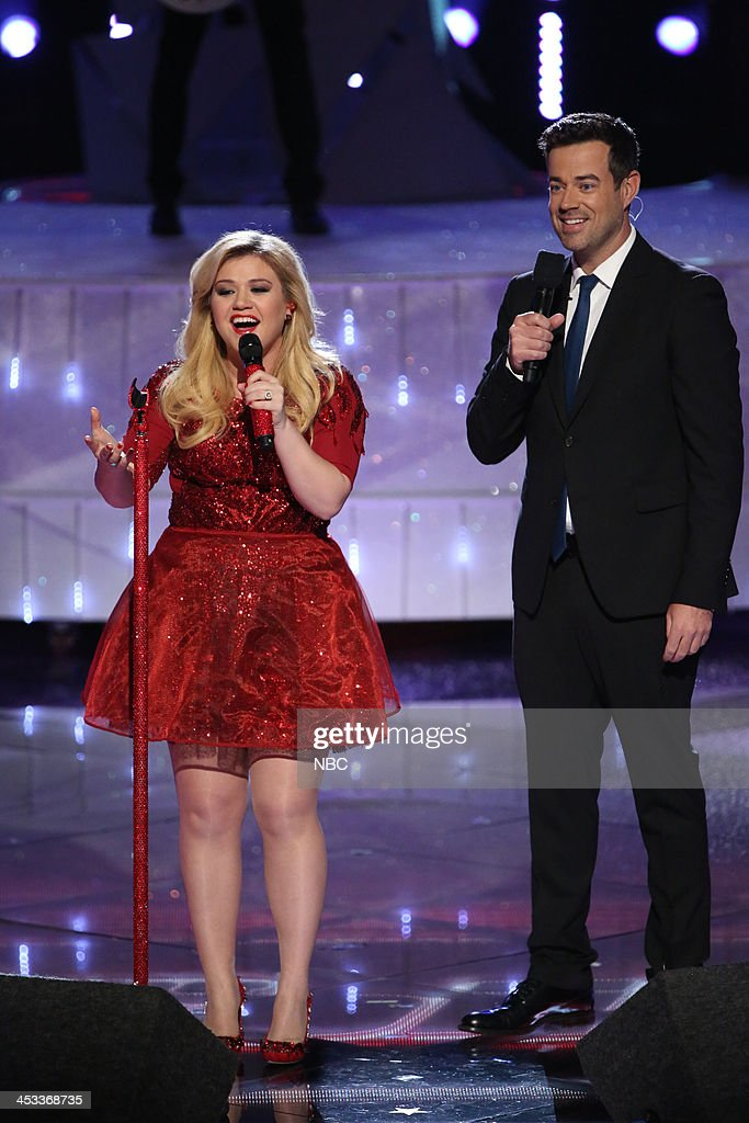 THE VOICE -- 'Live Show' Episode 517B -- Pictured: (l-r) <a gi-track='captionPersonalityLinkClicked' href=/galleries/search?phrase=Kelly+Clarkson&family=editorial&specificpeople=201555 ng-click='$event.stopPropagation()'>Kelly Clarkson</a>, Carson Daly --
