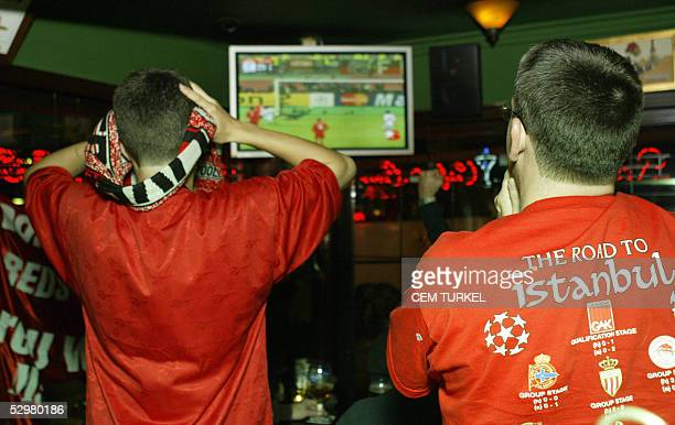 Liverpool fans react in a pub in downtown Istanbul during the UEFA Champions League football final AC Milan vs Liverpool played in Istanbul 25 May...