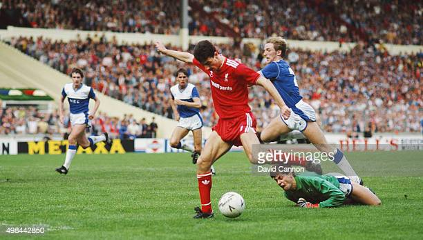 Liverpool striker Ian Rush rounds Everton goalkeeper Bobby Mimms and defender Gary Stevens to score their first goal during the 1986 FA Cup Final at...