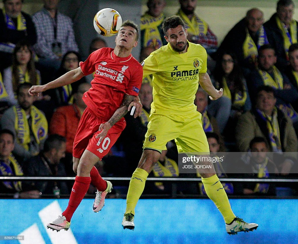 Liverpool's Brazilian forward Philippe Couthino (L) vies with Villarreal's defender Mario during the UEFA Europa League semifinals first leg football match Villarreal CF vs Liverpool FC at El Madrigal stadium in Vila-real on April 28, 2016. / AFP / JOSE