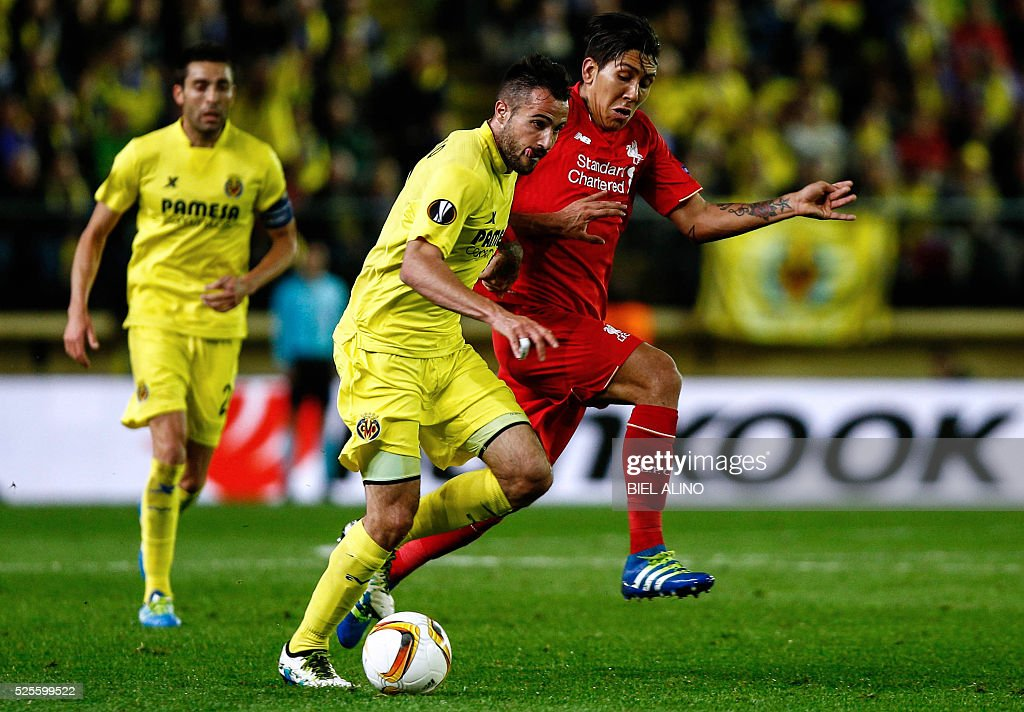 Liverpool's Brazilian midfielder Roberto Firmino (R) vies with Villarreal's defender Mario (C) during the UEFA Europa League semifinal first leg football match Villarreal CF vs Liverpool FC at El Madrigal stadium in Vila-real on April 28, 2016. / AFP / BIEL