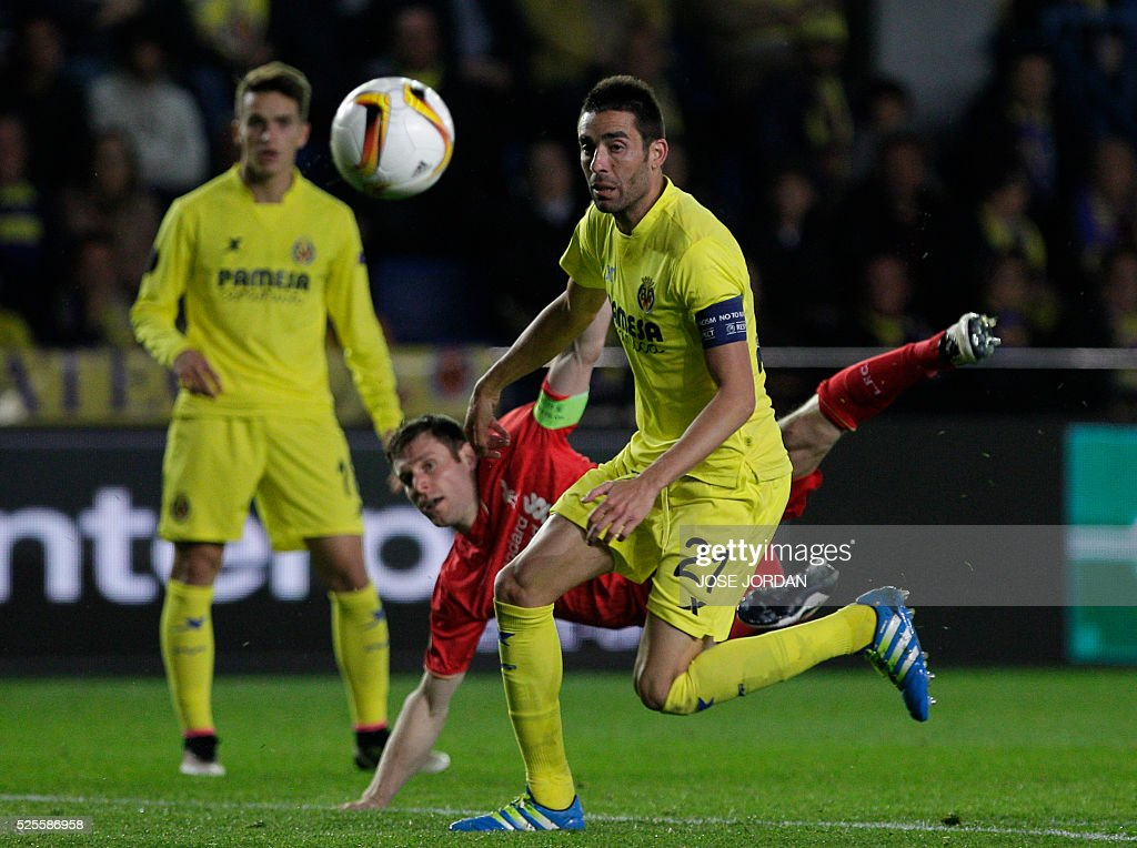 Liverpool's midfielder James Milner (C) vies with Villarreal's midfielder Bruno Soriano (R) during the UEFA Europa League semifinals first leg football match Villarreal CF vs Liverpool FC at El Madrigal stadium in Vila-real on April 28, 2016. / AFP / JOSE