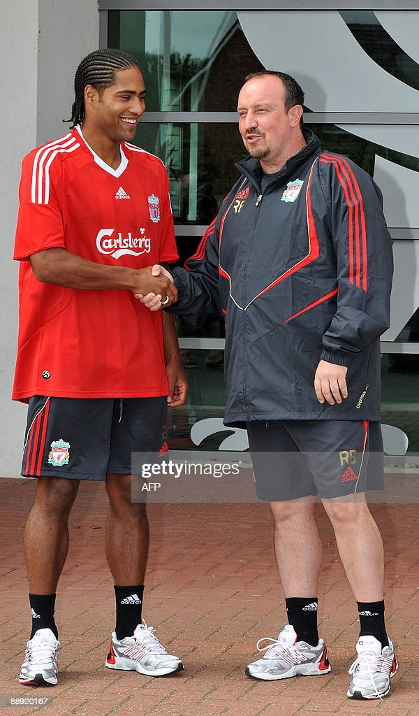 ¿Cuánto mide Rafa Benítez? Liverpools-new-signing-rightback-glen-johnson-shakes-hands-with-picture-id88920167