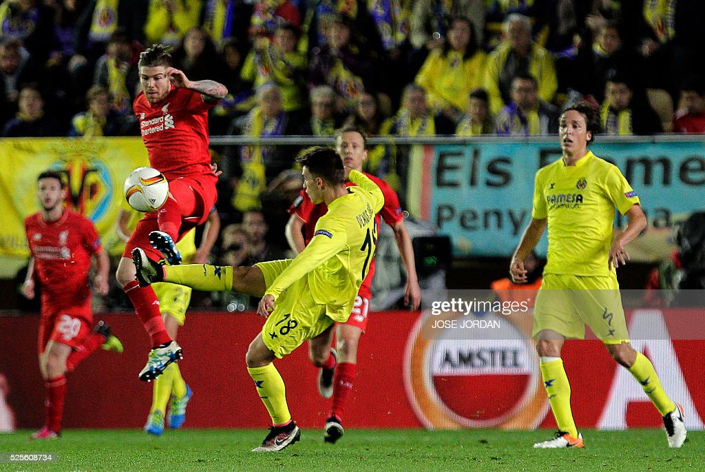 Liverpool's Spanish defender Alberto Moreno (2nd L) vies with Villarreal's defender Denis Suarez (C) during the UEFA Europa League semifinals first leg football match Villarreal CF vs Liverpool FC at El Madrigal stadium in Vila-real on April 28, 2016. / AFP / JOSE