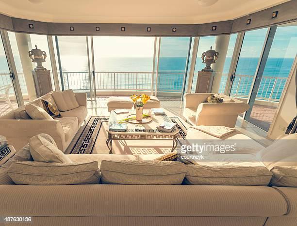 Sala de estar en un apartamento de lujo con vista a la playa