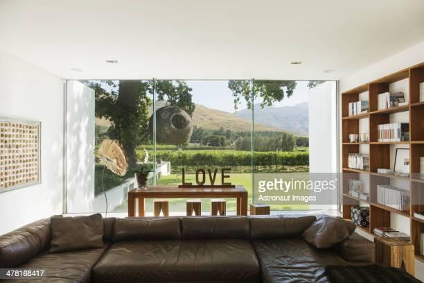 Salle de séjour avec vue sur le jardin