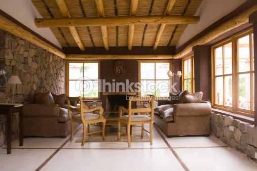 Il soggiorno foto stock thinkstock - Como decorar una casa rustica ...