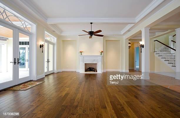 リビングルームの家具には、木製の床