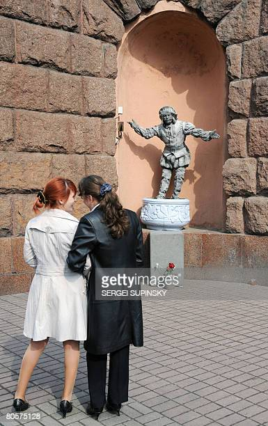 A 'living statue' man greets passersby as he performs to make some money in the centre of Ukrainian capital of Kiev on April 9 2008 AFP PHOTO/ SERGEI...