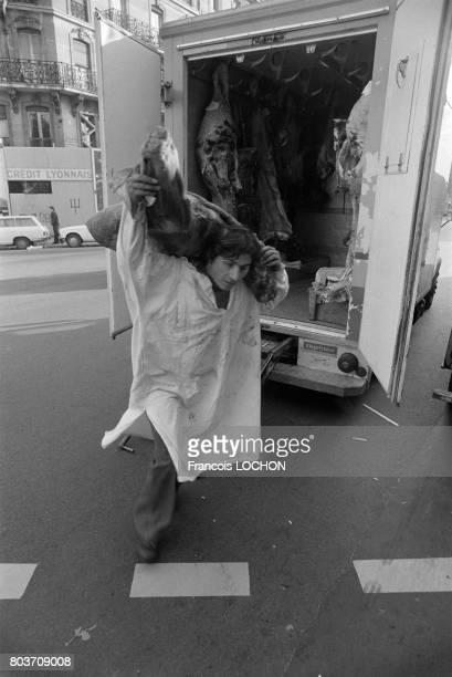 Livraison de viande dans une boucherie à Paris en novembre 1976 en France