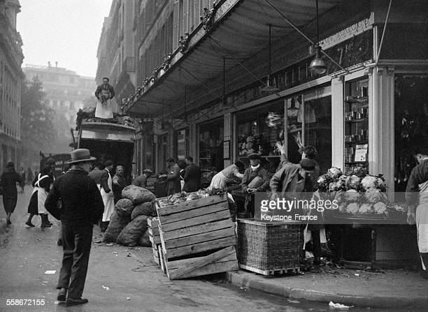 Livraison des légumes dans une épicerie le matin à Paris France en 1931