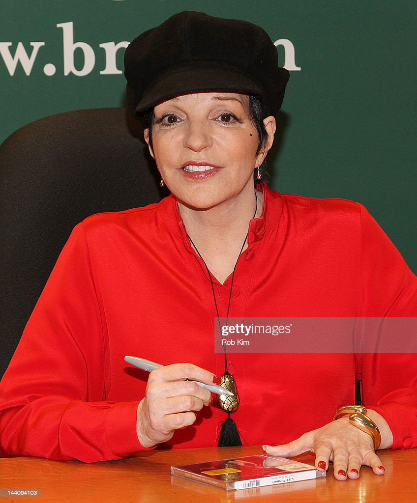 Liza minnelli signs copies of her cd live at the winter garden and confessions getty images for Barnes and noble winter garden