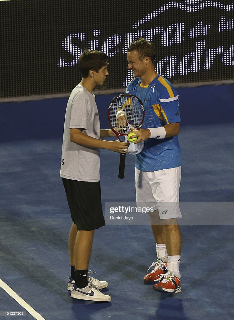 <a gi-track='captionPersonalityLinkClicked' href=/galleries/search?phrase=Lleyton+Hewitt&family=editorial&specificpeople=167178 ng-click='$event.stopPropagation()'>Lleyton Hewitt</a> jokes with a young man during an exhibition match against Juan Martin Del Potro at Juan Carmelo Zerillo Stadium on December 07, 2013 in La Plata, Argentina.