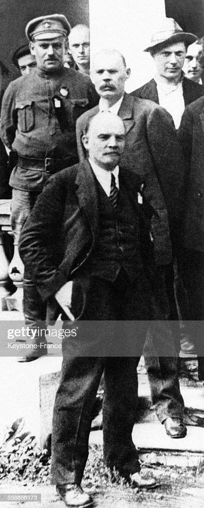 Lénine et Gorki parmi un groupe de délégués du II Congrès du Komintern devant le Palais Tavritcheski à Pétrograd, Russie le 19 juillet 1920.