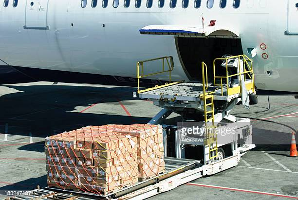 Laden der Ladung auf Flugzeug
