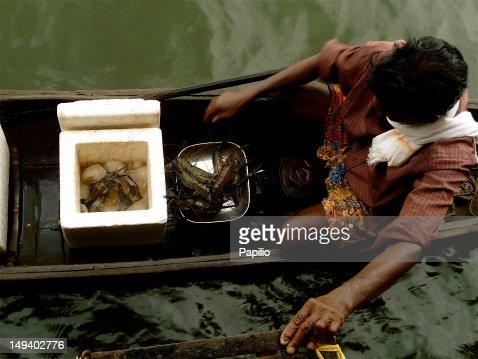 Lobster seller on boat : ストックフォト