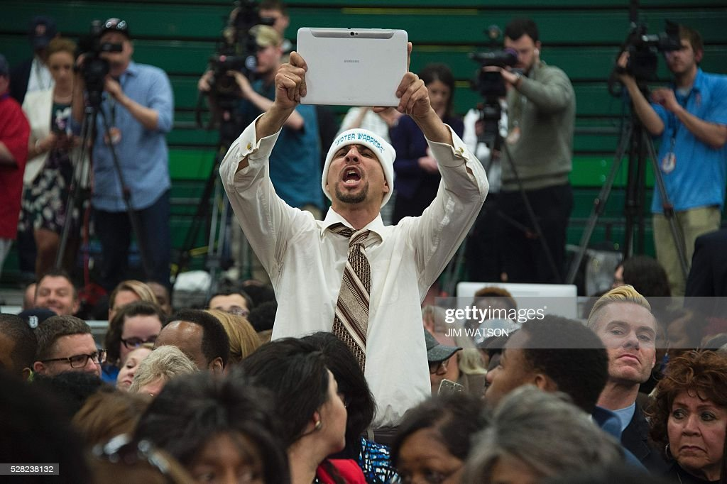 A local resident of Flint, Michigan yells 'Get Out of Here' as Michigan Governor Rick Snyder speaks at Flint Northwestern High School in Flint, Michigan, May 4, 2016, where US President Barack Obama met with locals for a neighborhood roundtable on the drinking water crisis. / AFP / Jim Watson