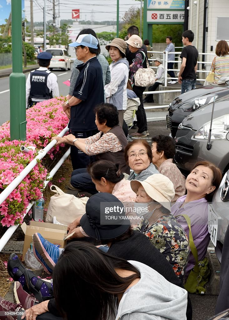 Local residents gather at a parking lop to see leaders of the Group of Seven (G7) summit meeting in Shima, Mie prefecture, on May 25, 2016. Japan is on high-alert ahead of a Group of Seven summit with thousands of police on the streets of Tokyo and fanning out across the country as authorities boost security to unprecedented levels. / AFP / TORU