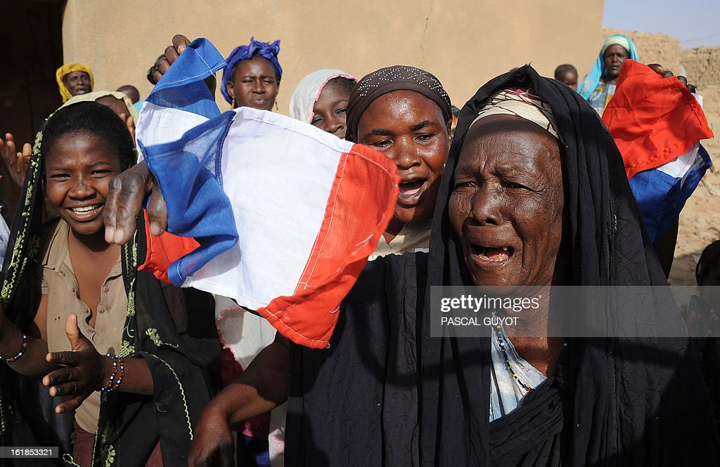 Locals welcome French soldiers in Bourem northen Mali on February 17, 2013. Leaders in Africa's Sahel region called on Saturday for further efforts to support Mali as they announced new funds to back a West African force in the country. A French-led military intervention launched on January 11 has driven the Islamist rebels in Mali from the towns they controlled, but concerns remain over stability amid suicide attacks and guerrilla fighting. AFP PHOTO /POOL PASCAL GUYOT