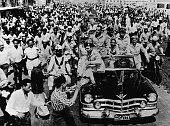 A l'occasion de la fête célébrant le retrait des Britanniques du Canal de Suez Nasser en voiture décapotable traversant les rues de Port Saïd en...