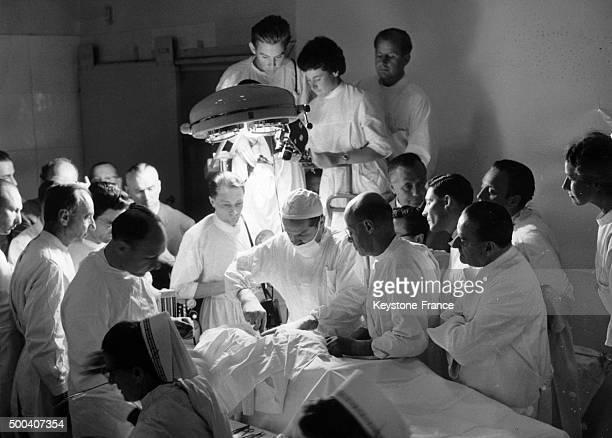 A l'occasion du 18eme congres international de chirurgie a Munich le professeur russe Vladimir Petrovich Demikhov celebre pour ses recherches sur la...