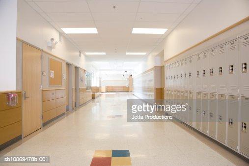 Armadietti nel corridoio di scuola vuota