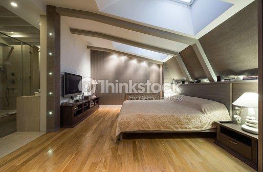 Loftcamera Da Letto Con Bagno Privato Foto stock | Thinkstock