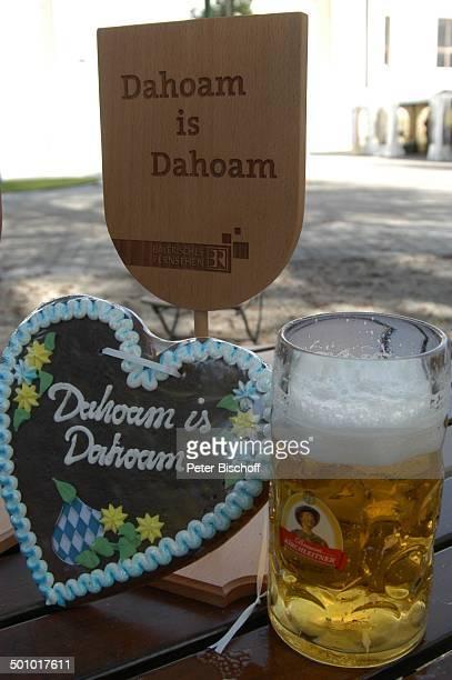 Logo Biergarten mit StammtischSchild und LebkuchenHerz BRDailySerie 'Dahoam is Dahoam' Dachau Bayern Deutschland Europa Glas Maß Bier Reise Set Promi...