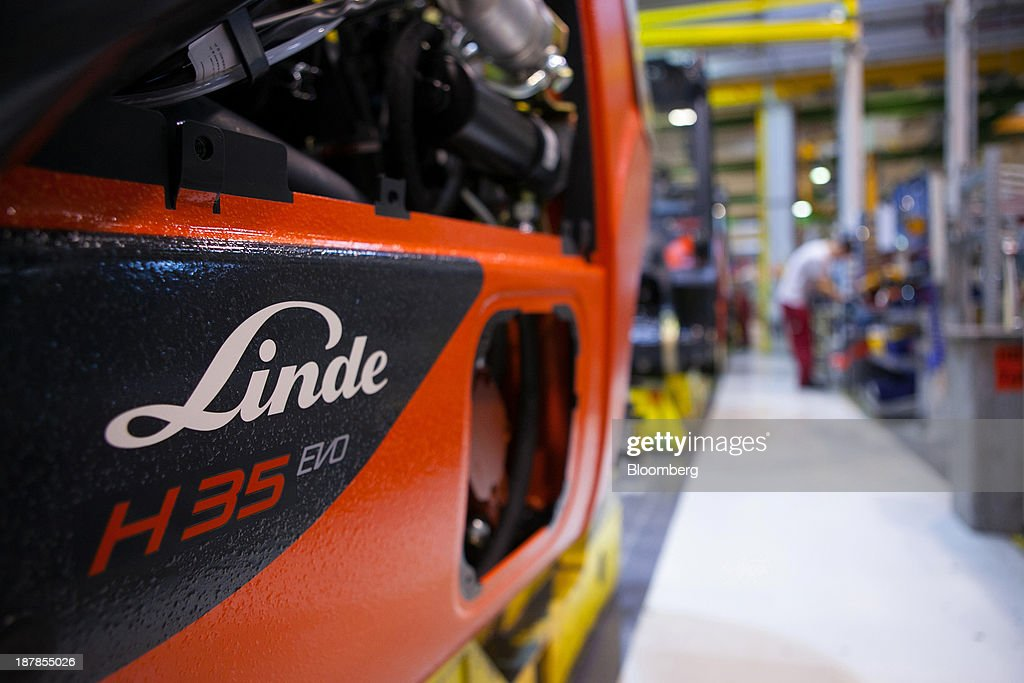 A logo sits on a Linde H35 forklift truck as its sits on the production line at the Linde Material Handling GmbH factory, a unit of Kion Group AG, in Aschaffenburg, Germany, on Tuesday, Nov. 12, 2013. Kion Group AG, the German forklift-maker which listed shares in June, is looking to expand its global sales network via acquisitions to catch up with main competitor Toyota Industries Corp. Photographer: Krisztian Bocsi/Bloomberg via Getty Images