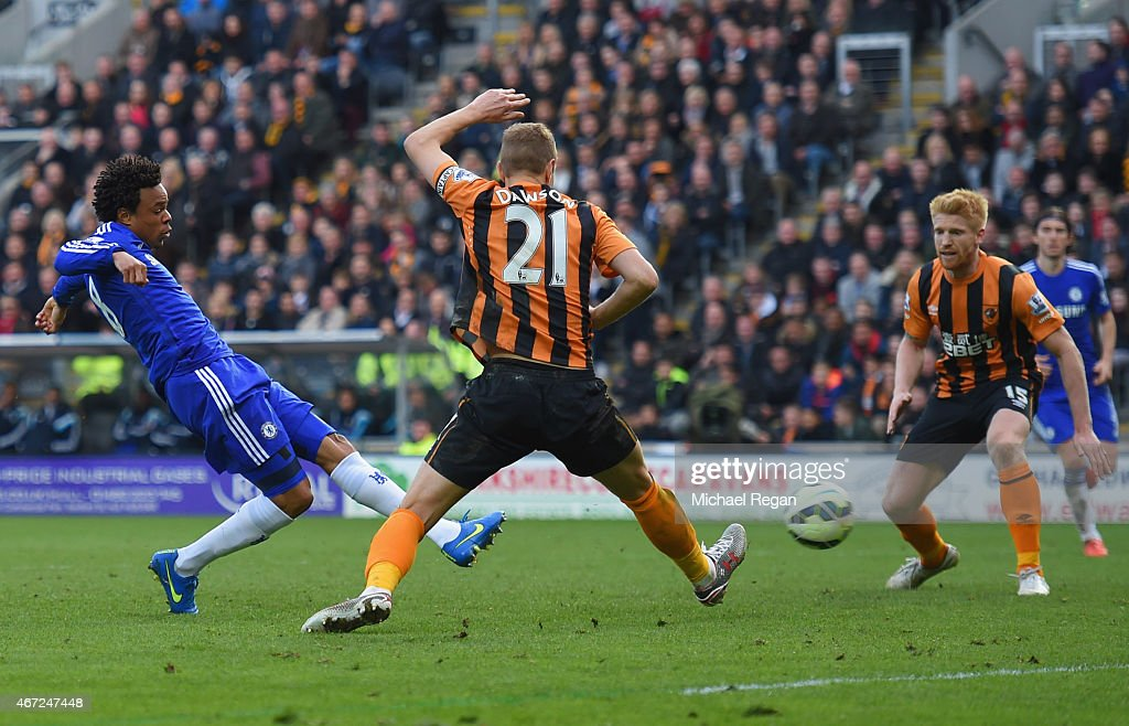 Loic Remy of Chelsea (L) beats <a gi-track='captionPersonalityLinkClicked' href=/galleries/search?phrase=Michael+Dawson&family=editorial&specificpeople=453217 ng-click='$event.stopPropagation()'>Michael Dawson</a> of Hull City (21) to score their thrid goal during the Barclays Premier League match between Hull City and Chelsea at KC Stadium on March 22, 2015 in Hull, England.