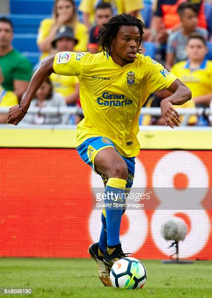 Loic Remy of Las Palmas runs with the ball during the La Liga match between Las Palmas and Athletic Club at Estadio Gran Canaria on September 17 2017...