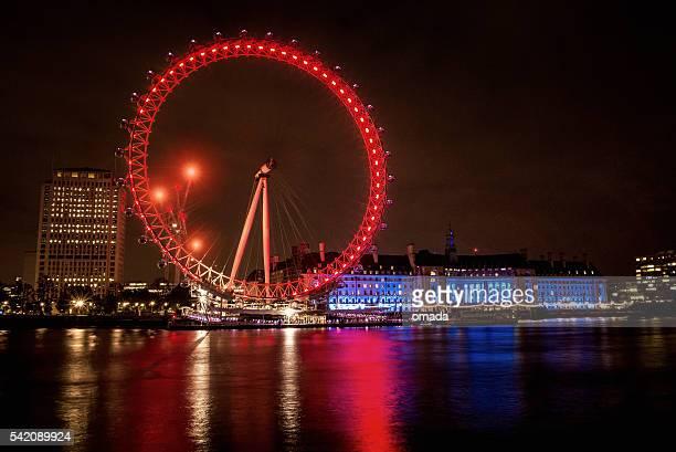 Paesaggio urbano di Londra di notte con Millennium Wheel