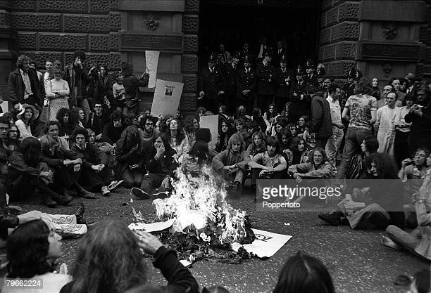 London England 5th August 1971 Supporters of 'Oz' magazine sit outside London's Old Bailey court and burn an effigy of Judge Argyle QC who presided...