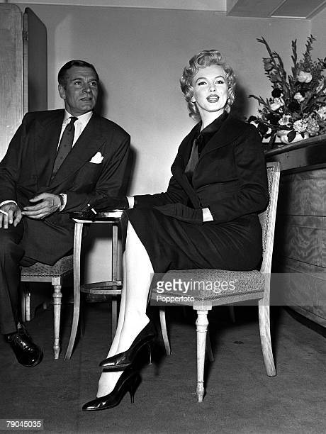 1956 London England A picture of legendary British stage and screen actor Sir Laurence Olivier with American actress Marilyn Monroe at a reception at...