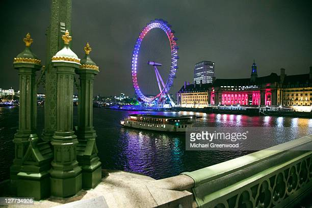 London eye lit for royal wedding