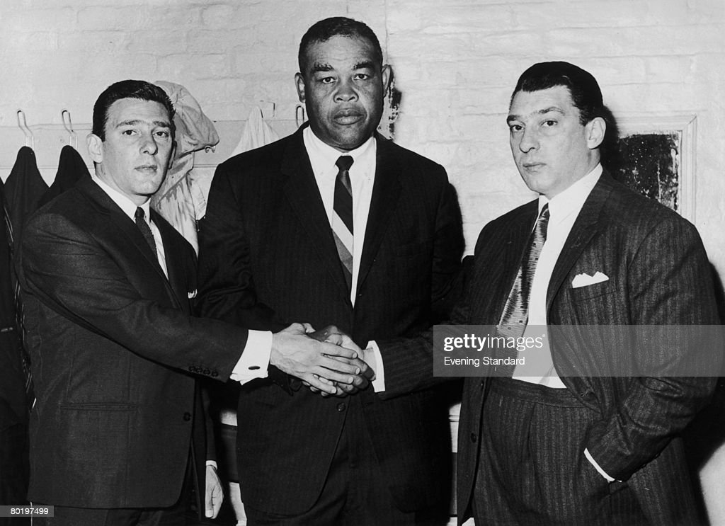London gangsters the Kray twins, Reggie (1933 - 2000, left) and Ronnie (1933 - 1995, right) with American heavyweight boxer Joe Louis (1914 - 1981), circa 1960.