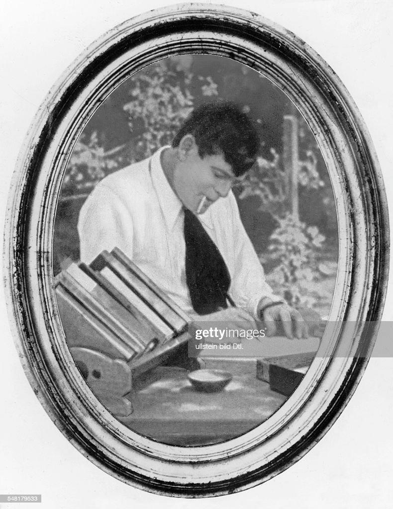 London Jack Writer Journalist USA *12011876 Portrait at work writing ca 1918 Published in 'Fridolin' 18/1918 Vintage property of ullstein bild