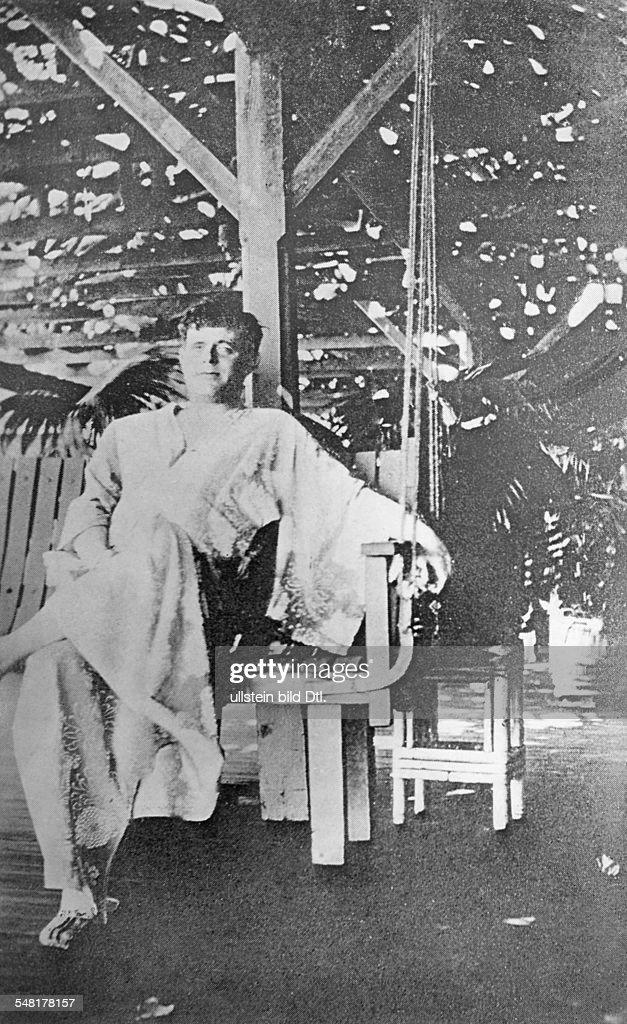 London Jack Writer Journalist USA *12011876 Portrait in the dressing gown sitting on the veranda about 1920 Vintage property of ullstein bild