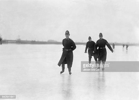 London police London policemen on ice skates on the frozen River Thames undated probably 1900 Vintage property of ullstein bild