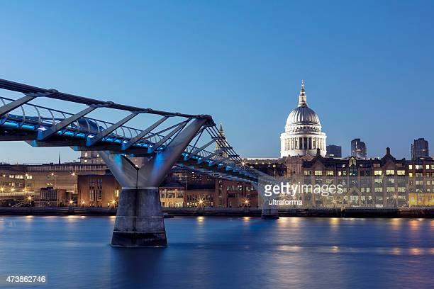 London la Cattedrale di St Paul e il Millennium Bridge di notte