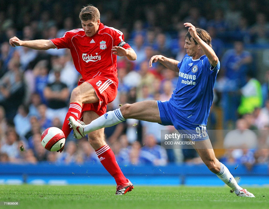 Dutch defender Khalid Boulahrouz of Chelsea (R) and British midfielder Steven Gerrard of Liverpool try to intercept the ball during their Premiership football match at Stamford Bridge in west London 17 September 2006. AFP PHOTO / ODD ANDERSEN Mobile and website uses of domestic English football pictures subject to subscription of a license with Football Association Premier League (FAPL) tel : +44 207 298 1656. For newspapers where the football content of the printed and electronic versions are identical, no licence is necessary.