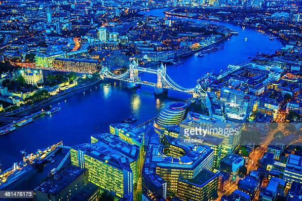 London und der berühmten Tower Bridge über die Themse bei Dämmerung