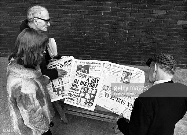 Londoners read the newspapers headlines about Britain's entry to the Common Market January 1973