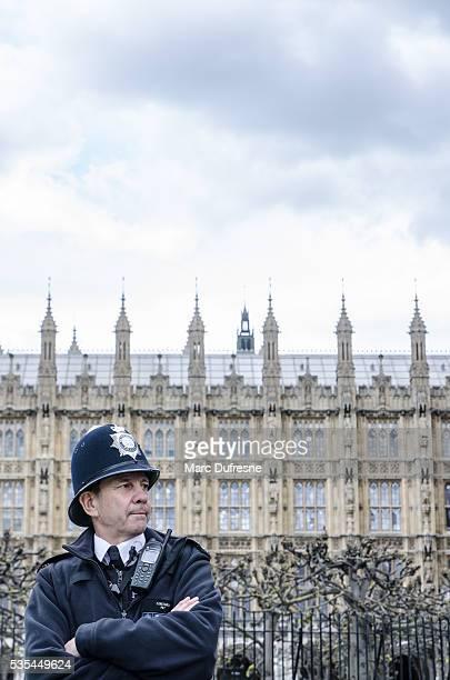 Londonien policier à l'entrée du côté du palais de Westminster