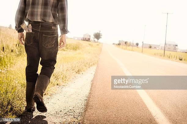 Lone agriculteur à pied en bord de route