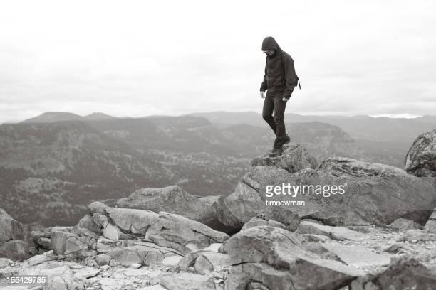 Einsamer Mann stehen auf Felsen und Klippen