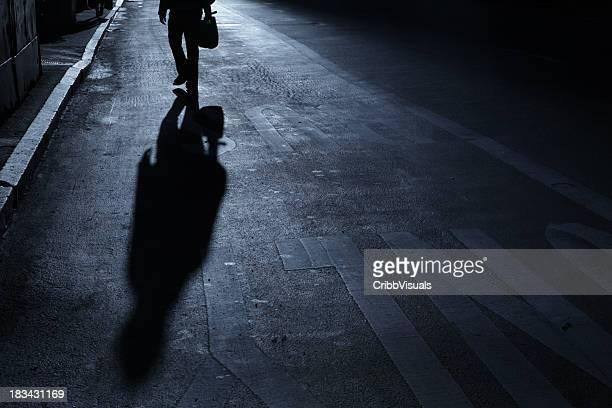 Einsamer Mann geht bis street Nacht Schatten
