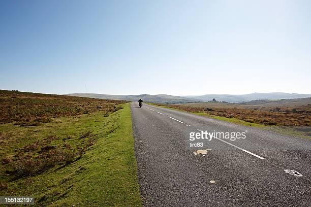 Lone motorcyclist di Dartmoor moorland road